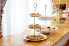 słodki deser na torta stojaku Zdjęcia Royalty Free