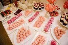 S?odki deseru st?? przy ?lubem Cakestand przy ?lubem zdjęcie royalty free