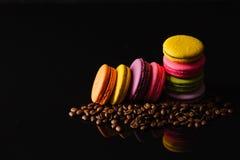 Słodki i kolorowy francuski macaroon macaron z odbiciem dalej Zdjęcie Stock