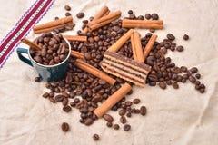 Słodki jedzenie Czarnych fasoli kawa i czekoladowy tort z cynamonem Obraz Royalty Free
