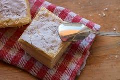 Słodki kremowego kulebiaka plasterek na drewnianym tle Zdjęcia Stock