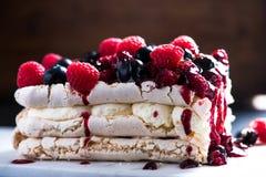 Słodki Pavlova z zim owoc Zdjęcia Royalty Free