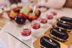 S?odki ?wi?teczny bufet, owoc, nakr?tki, makaron i udzia?y cukierki, zdjęcie stock