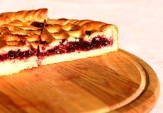 Słodki wypiekowy biznesowy jagodowy kulebiak na drewnianym talerzu Fotografia Stock