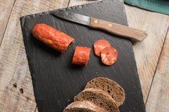 Słodowi bochenka chorizo i chleba plasterki Obrazy Royalty Free