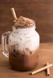 Słodowy czekoladowy napój i mleko w butelce na drewnianym tabl Obrazy Stock