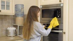 ` S Ofen der schönen Hausfrau saubere Tür mit Reinigungsmittel stock video