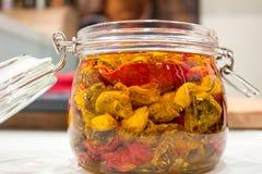 słojów wysuszeni szklani pomidory Zdjęcia Stock