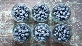 Słoje z czarnymi jagodami owocowymi Obraz Stock
