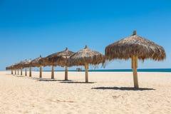 Słomiani handmade parasole na morzu Obrazy Stock