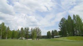 Słoneczna Golfowa fura z chmurami na niebieskim niebie i lasu jeziora kiju golfowym Zdjęcie Royalty Free