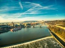 S?onecznego dnia trutnia Prague widoku nieba chmury fotografia stock