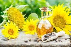 Słonecznikowy olej z ziarnami na starym drewnianym stole Fotografia Royalty Free