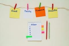 Słowa cele, zadania, finanse, rezultaty, plan na stubarwnym papierze obrazy stock