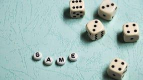 Słowa ` Gemowy ` komponuje stubarwni drewniani listy i gemowi kostka do gry na nowym tle Zdjęcia Stock