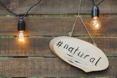 Słowa ` naturalny ` na drewnianym talerzu fotografia royalty free