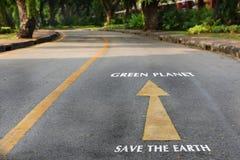 Słowa save zielona planeta na drodze przy parkiem i ziemia Zdjęcie Stock