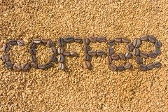 S?owo kawa od kawowych fasoli na tle rozrzucona natychmiastowa kawa struktura obraz stock