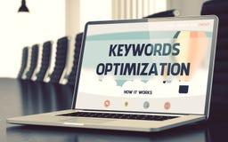 Słowo kluczowe optymalizacja na laptopie w sala konferencyjnej 3d Obrazy Royalty Free