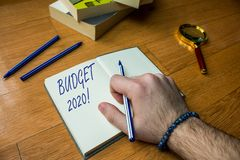 S?owo pisze teksta bud?ecie 2020 Biznesowy pojęcie dla kosztorysu lub bieżący rok Zamknięty dochód i wydatek dla następnie w górę obrazy stock