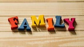 Słowo rodzina z barwionych drewnianych listów na stole Zdjęcia Royalty Free