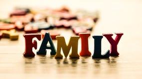 Słowo rodzina z barwionych drewnianych listów na stole Zdjęcie Stock
