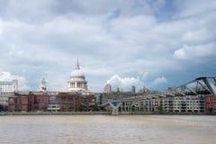 S Paul Cathedral en Millenniumbrug in Londen Royalty-vrije Stock Afbeelding