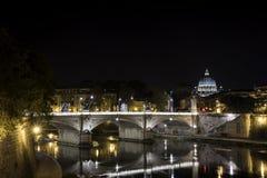 S Peter e o rio de Tibre em nigh, em Roma Fotos de Stock Royalty Free
