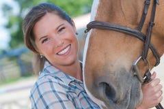 ` S pferd der Porträtfrau Umarmungskopf stockfotos