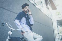 ` s più sicuro di fermarsi e parlare sul telefono fotografie stock