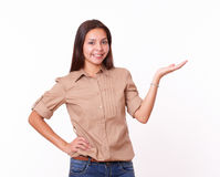 20s piękna dziewczyna trzyma up jej lewej palmy Zdjęcia Royalty Free