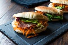 ` S Pita Bread Bun Sandwich Gua Bao de Taiwan com bacon fumado, fatias da cenoura e verdes de Ásia foto de stock