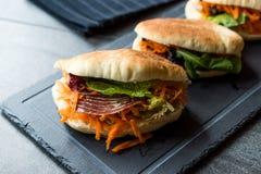 ` S Pita Bread Bun Sandwich Gua Bao de Taiwan com bacon fumado, fatias da cenoura e verdes de Ásia imagem de stock