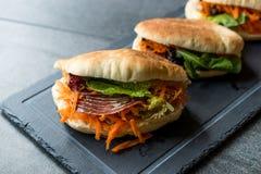` S Pita Bread Bun Sandwich Gua Bao de Taiwan com bacon fumado, fatias da cenoura e verdes de Ásia imagens de stock