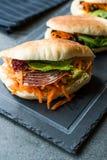 ` S Pita Bread Bun Sandwich Gua Bao de Taiwan com bacon fumado, fatias da cenoura e verdes de Ásia fotografia de stock
