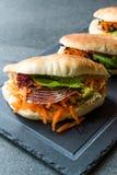 ` S Pita Bread Bun Sandwich Gua Bao de Taiwan com bacon fumado, fatias da cenoura e verdes de Ásia fotografia de stock royalty free