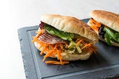 ` S Pita Bread Bun Sandwich Gua Bao de Taiwan com bacon fumado, fatias da cenoura e verdes de Ásia imagens de stock royalty free