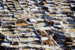` S pont соли в перуанских гористых местностях стоковые фотографии rf