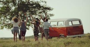90 s przyjaciół wydaje dobrego czas wpólnie przy naturą, chodzi retro autobus, wszystko szczęśliwy i dobrego nastrój 4K zdjęcie wideo