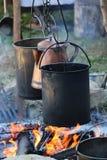 ` 1800 s que cocina los potes sobre un fuego Imágenes de archivo libres de regalías