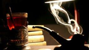 30s Radzieckiego agenta wywiadu Biurowa sytuacja: herbata w glassholder, drymba dym, stołowa lampa zbiory wideo