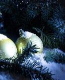 ` S schneebedecktes Weihnachten Gold der Grußkarte und neues Jahr Hintergrund Stockfoto
