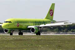 S7 - Siberia Airlines Airbus A319-114 aircraft landing on the runway Stock Photo