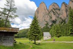 S Silvestro Chapel ao longo do vale de Vallunga acima do Selva com Stevia da montagem no fundo foto de stock royalty free