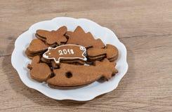 ` S som för nytt år är piggy för bra lycka från julpepparkakan arkivfoto