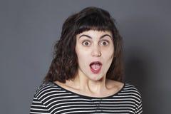 20s sorprendido justo-peló a la muchacha con una caída del mandíbula Fotos de archivo libres de regalías