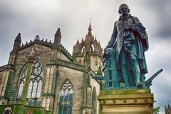` S St. Gile Kathedrale und die Statue von Adam Smith, Edinburgh, Sc Stockbilder