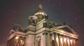 ` S St. Isaac Kathedrale in St Petersburg während der schweren Schneefälle Weihnachtsgeschichte auf den Straßen von St Petersburg Lizenzfreie Stockfotografie