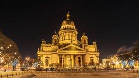 ` S St. Isaac Kathedrale in St Petersburg, Winternachtansicht Stockbild