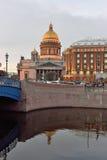 ` S St. Isaac Kathedrale und das Astoria-Hotel Lizenzfreies Stockfoto